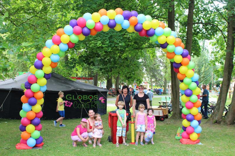 Arco de Globos Multicolor para Fiesta de Niños en la Sabana.