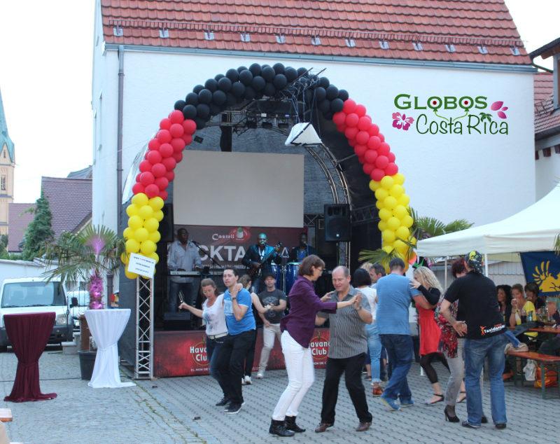 Arco de Globos en Colores de la Bandera Alemana para Evento en Restaurante en Belén.