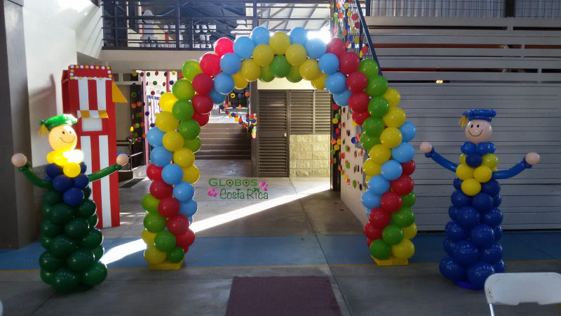 Arco de Globos Multicolor y Graduandos para la Ceremonia de Graduación de Westland School 2015 en Heredia.