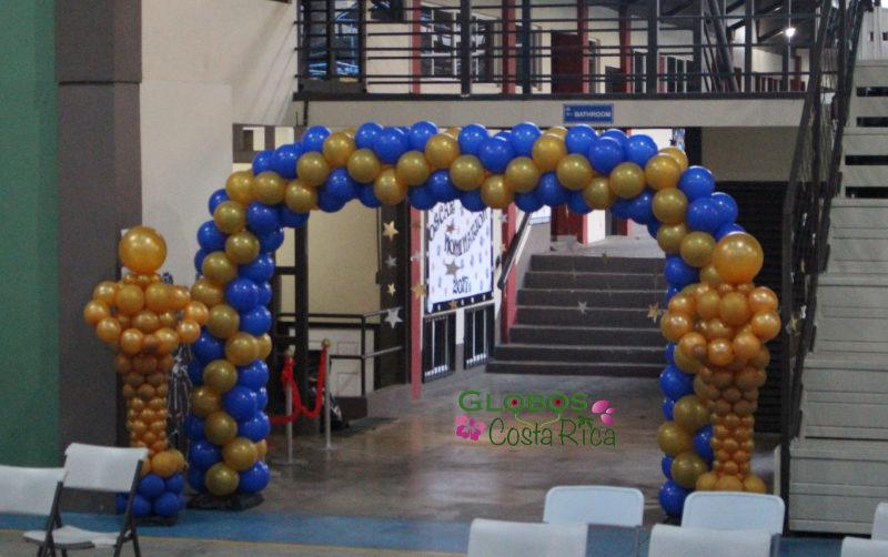 Arco de Globos y Columnas color Azul y Dorado para Ceremonia de Graduación 2017 en Westland School en Heredia.