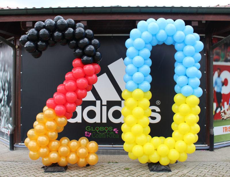 Ballon Zahl 20 als Geburtstagsgeschenk für den Garten mit dem Thema Fussball Weltmeisterschaft in Belén Costa Rica.