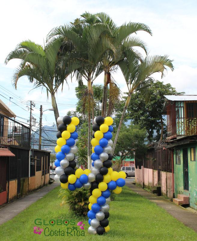 Ballon Zahl 4 als Geburtstagsgeschenk für den Garten mit dem Thema Superheld in Santa Ana Costa Rica.
