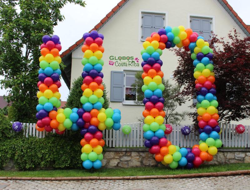 Ballon Zahl 40 als Geburtstagsgeschenk für den Garten mit dem Thema Regenbogen in Escazú Costa Rica.