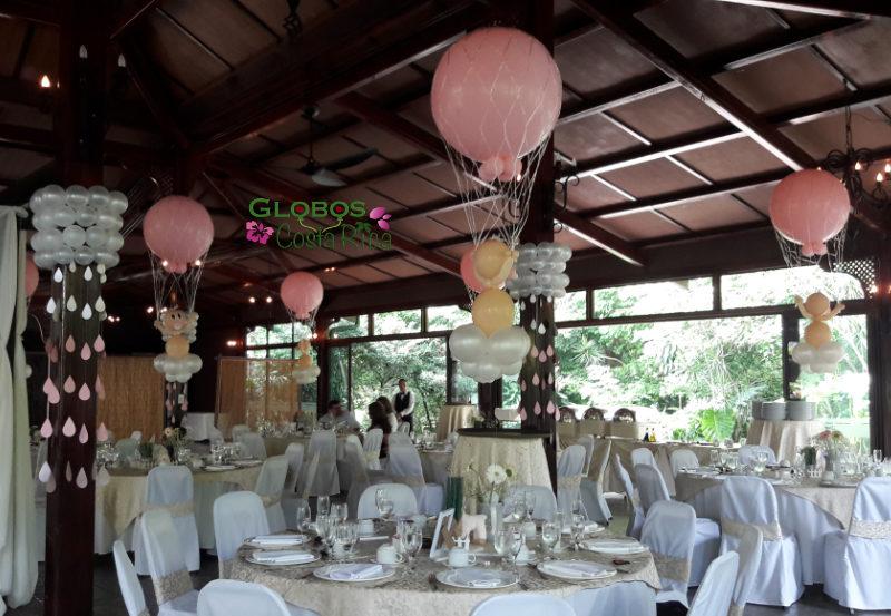 Ballondekoration mit Heliumballons und fliegenden Babys im Eventos del Sol Santa Ana Costa Rica.