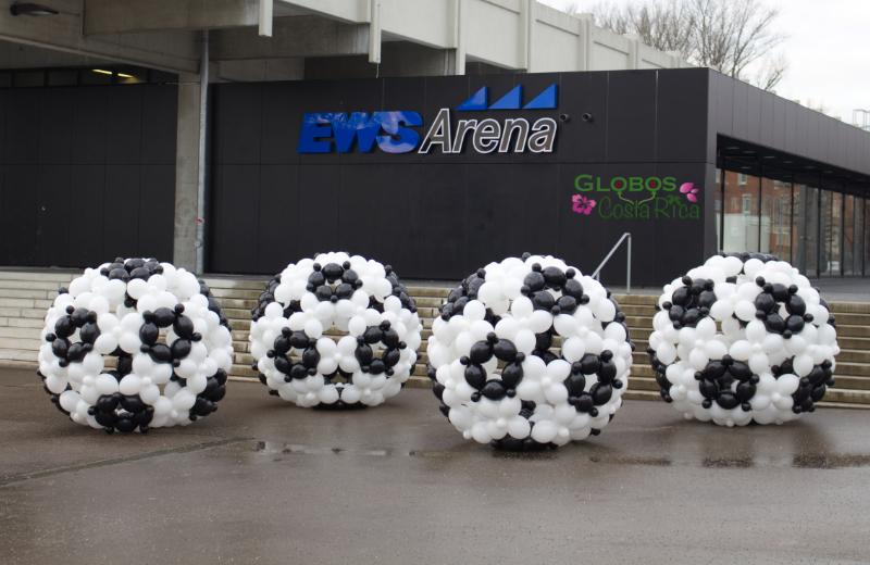 Vier große Fussbälle aus meheren hundert Luftballons vor der EWS Arena in Göppingen.