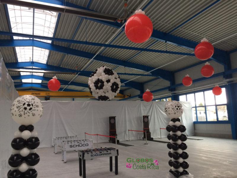 Fussball Ballondekoration mit Tischfussballkickern für eine Firmenfeier Guachipelin Costa Rica.