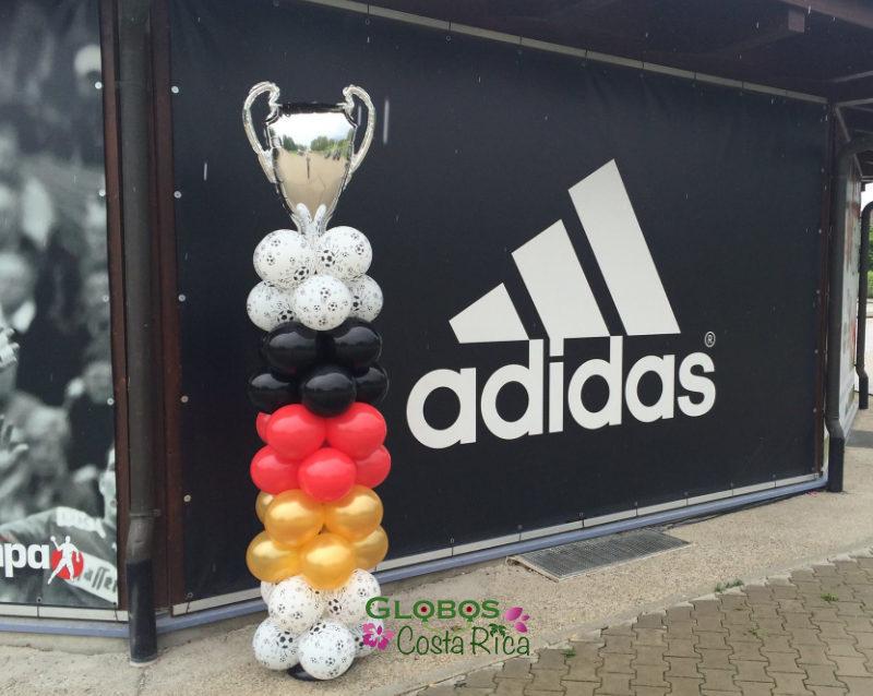 Fussball Ballonsäule mit Pokal in Bello Horizonte Costa Rica.