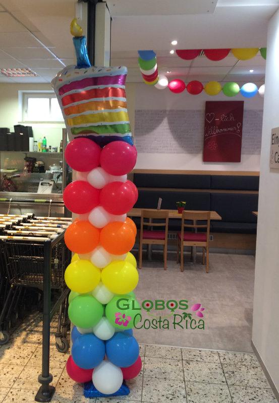 Ballonsäule mit Torte für einen Geburtstag in Uruca Costa Rica.