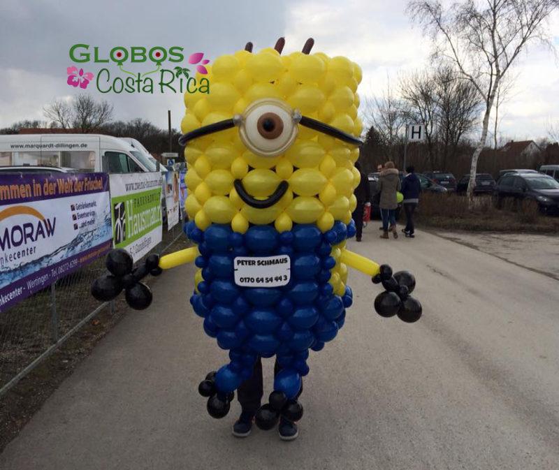 Disfraz de Minion hecho de Globos para un desfile en Santa Teresa.