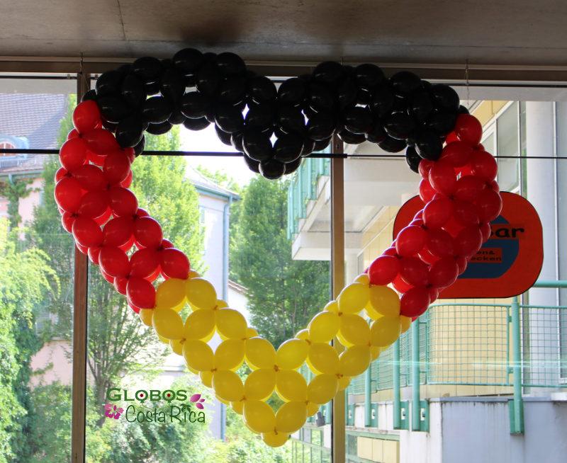 Corazón de Globos grande con colores de Alemania en Belén.
