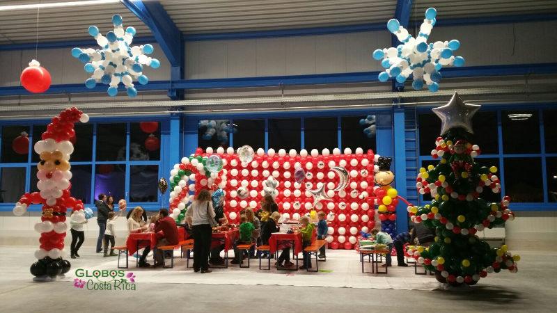 Decoración de Globos para Fiesta de Navidad Empresarial en Alajuela.