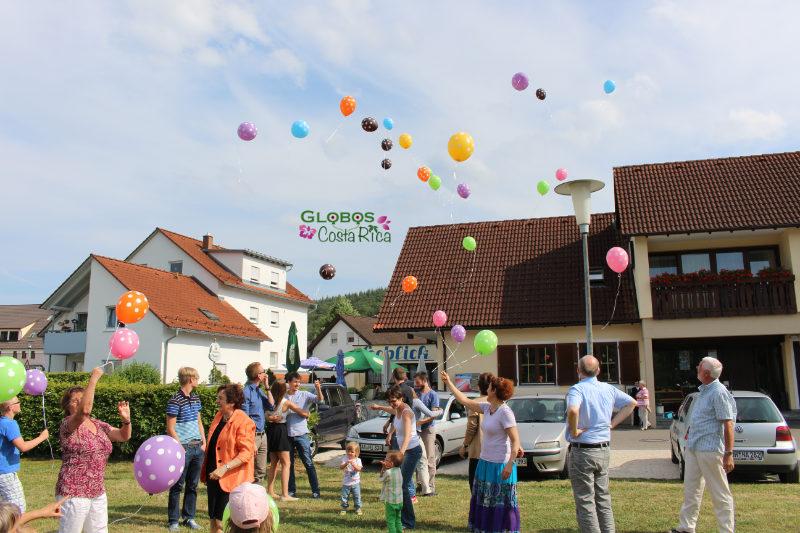 Massenaufstieg von Helium Ballons für einen 60. Geburtstag in Alajuela Costa Rica.