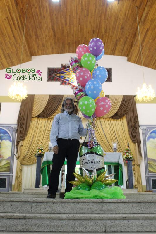Helium Ballon Bouquet für einen 55. Geburtstag in der Kirche in Hatillo Centro Costa Rica.