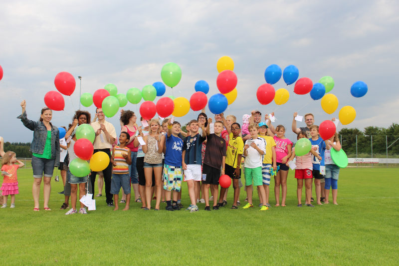 Massenaufstieg von Helium Ballons für einen Geburtstag in Escazú Costa Rica.