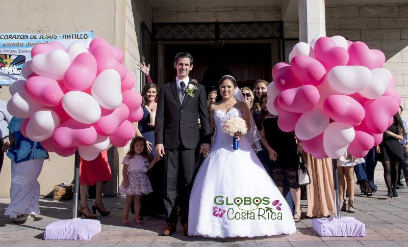 Rosa und weiße Helium Luftballonherzen für eine Hochzeit in Hatillo Centro Costa Rica.