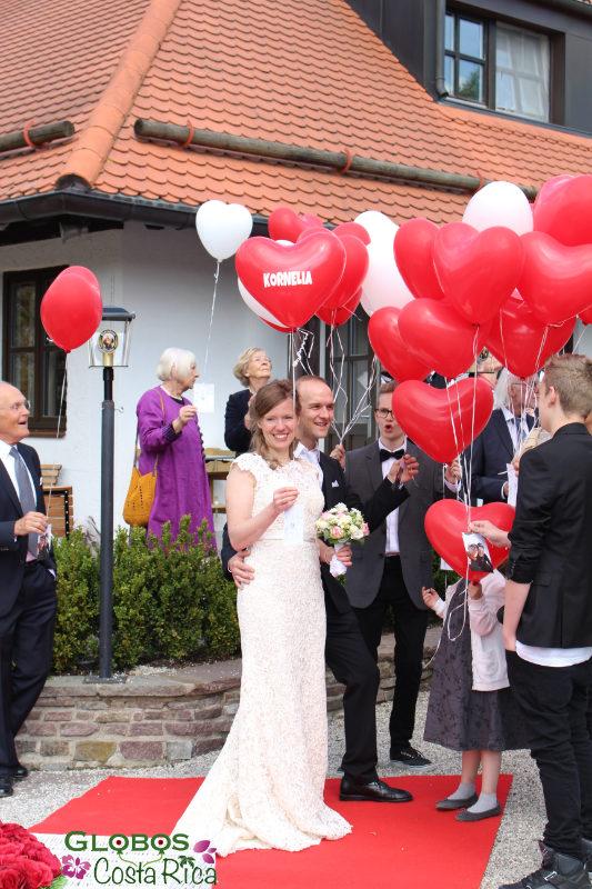Rote und weiße Helium Luftballonherzen für eine Hochzeit in Rohrmoser Costa Rica.