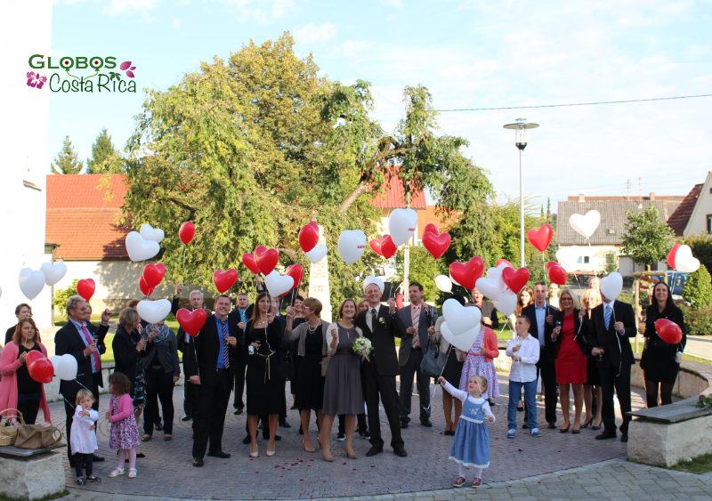 Rote und weiße Helium Luftballonherzen für eine Hochzeit in San José Costa Rica.