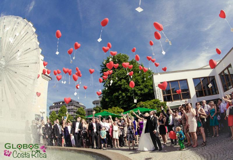 Rote Helium Luftballonherzen mit Ballonkarten für eine Hochzeit in Jacó Costa Rica.