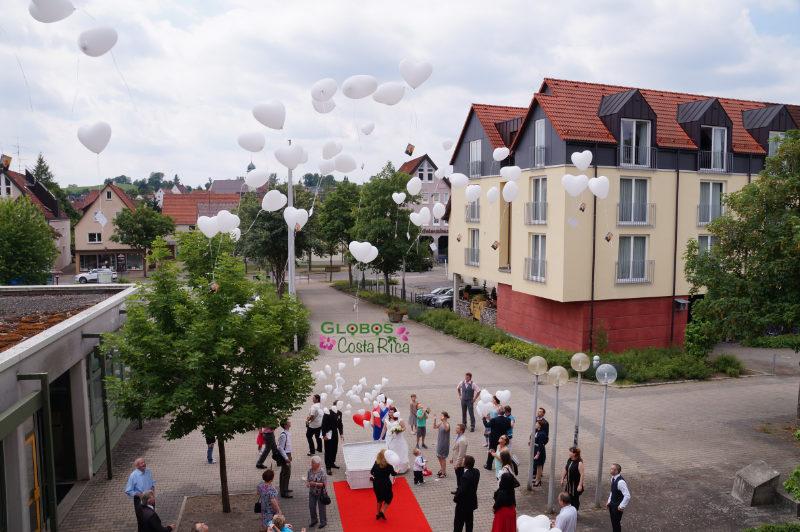 Weiße Helium Luftballonherzen für eine Hochzeit in Quepos Costa Rica.