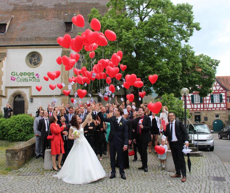 Rote Helium Luftballonherzen mit Ballonkarten für eine Hochzeit in Escazú Costa Rica.